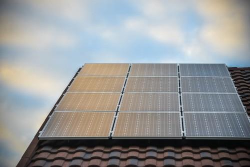 Солнечные панели дают часть энергии.