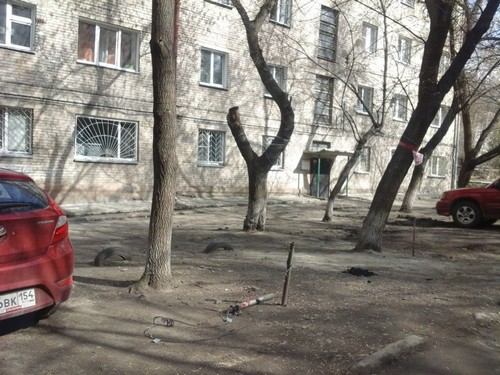 На месте этой чёрной кучки углей между столбиками бывшего газона отдыхающие расположили мангал