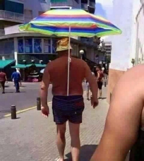 Пляжный зонт за пазухой.