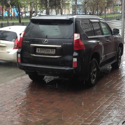 «Я паркуюсь как чудак»: Lexus BBB —номера оберегают