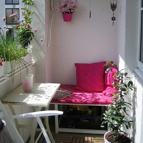 Зелень на балконе делает его по-настоящему уютным.