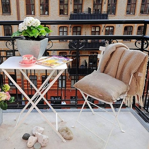 Плед на балконе - это всегда уместно.