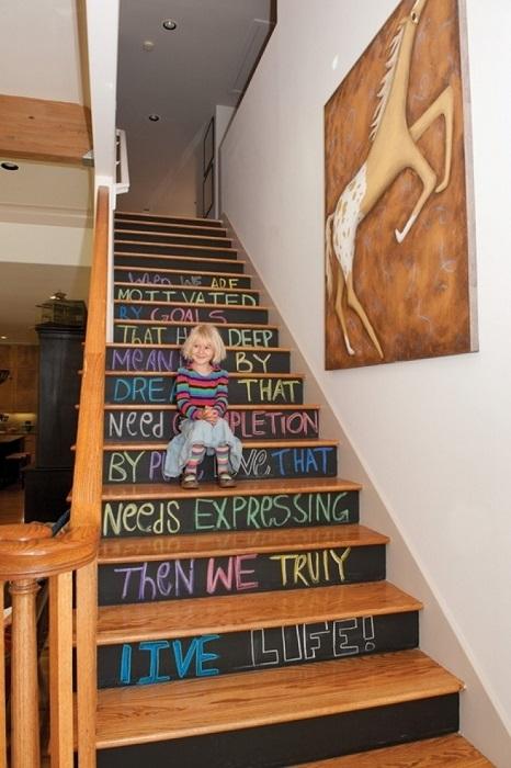 Отличная идея украсить ступеньки деревянной лестницы детскими надписями.