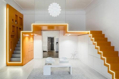 Оригинальная двумаршевая лестница, главной особенностью которой стала великолепная неоновая подсветка.