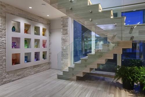 Классическая мраморная лестница – это выразительный элемент декора, который сразу привлечёт внимание гостей.