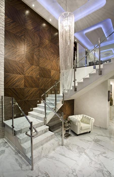 Мраморная лестница в аристократическом стиле.