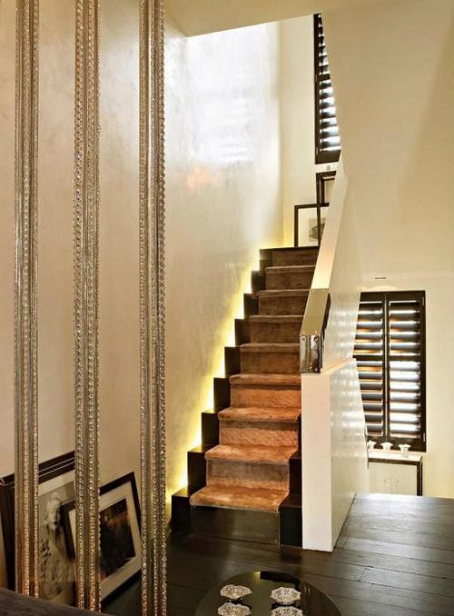 Небольшая классическая лестница из дерева и металла, которая станет настоящей изюминкой интерьера.