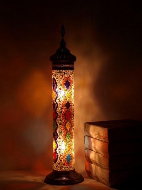 Современный светильник, покрытый стеклянной мозаикой из битого стекла.