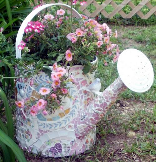 Подарите жизнь старой лейке, украсив её сказочной мозаикой из битой облицовочной плитки.
