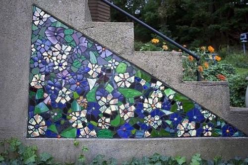 Скучную бетонную лестницу можно украсить оригинальным мозаичным панном.