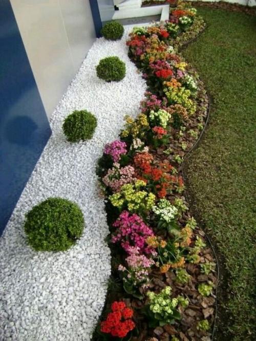 В ландшафтном дизайне разноцветную гальку применяют для украшения садовых дорожек и альпийских горок.