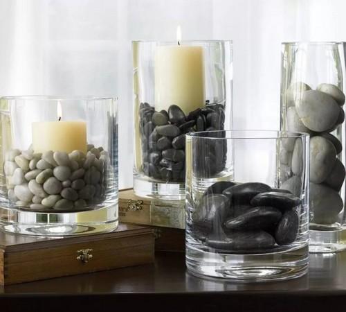 Подсвечник из стеклянного стакана и морской гальки.