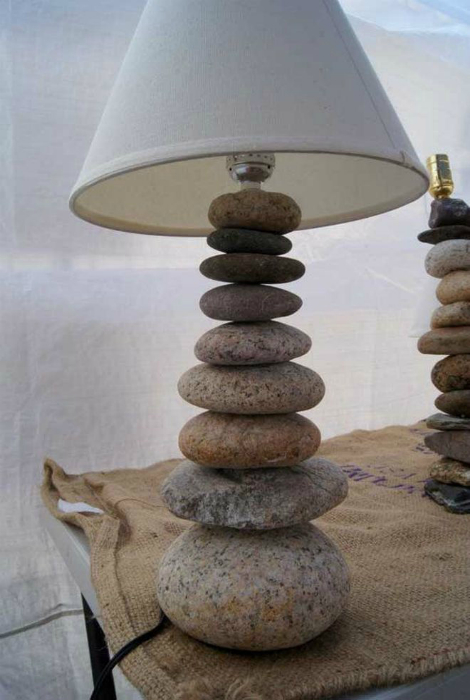 Стильная настольная лампа с основанием из обычной морской гальки.