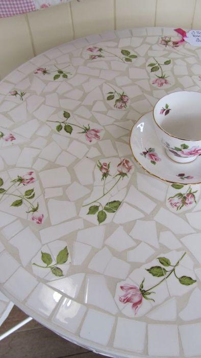 Мозаика из популярного типа тарелок с розами.