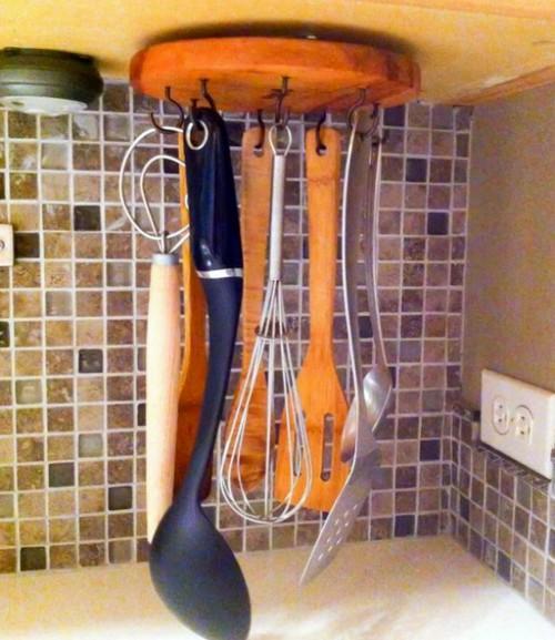 Подвесной держатель для столовых приборов.