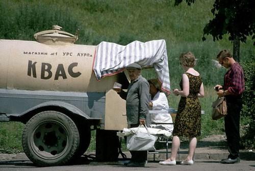 Знаменитый советский квас из цистерны. /Фото: ic.pics.livejournal.com