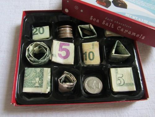 Коробка конфет с деньгами.