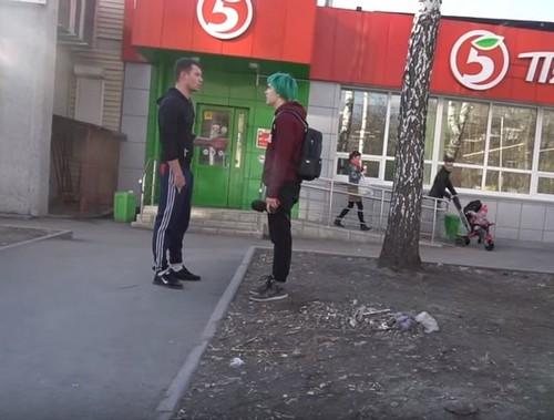 Администратор насильно вывел блогера и его оператора на улицу