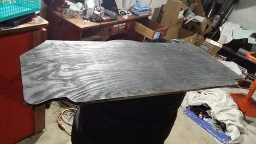 Эта фанерная заготовка в дальнейшем будет покрыта тканевым материалом или резиной. | Фото: cheatsheet.com.