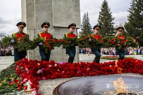 Новосибирцы возложили сегодня цветы к Вечному огню на Монументе Славы. Фото Густаво Зырянова