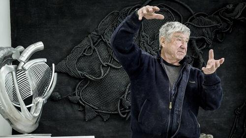 "The artist Vadim Kosatschof explaining how ""Urban Heart"" would ""live"" on a city square."