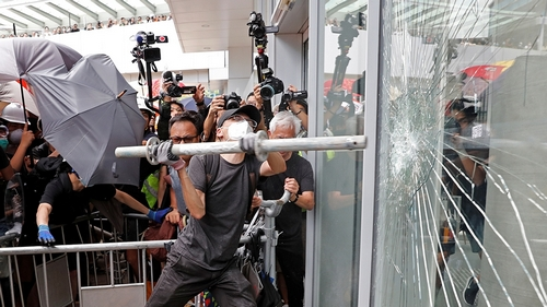 Protesters try to break into the Legislative Council building where riot police are seen, during the anniversary of Hong Kong's handover to China in Hong Kong, China July 1, 2019. REUTERS/Tyrone Siu