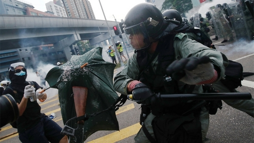 DATE IMPORTED: 27 July, 2019 Demonstrators clash with police during a protest against the Yuen Long attacks in Yuen Long, New Territories, Hong Kong, China July 27, 2019. REUTERS/Edgar Su