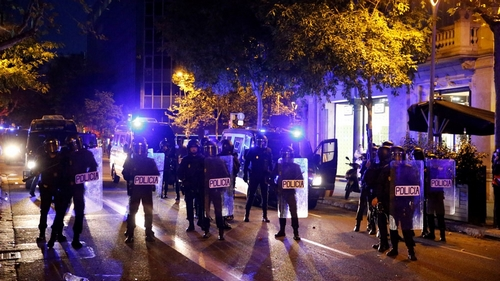 Barcelona police and separatist protesters clash for second overnight
